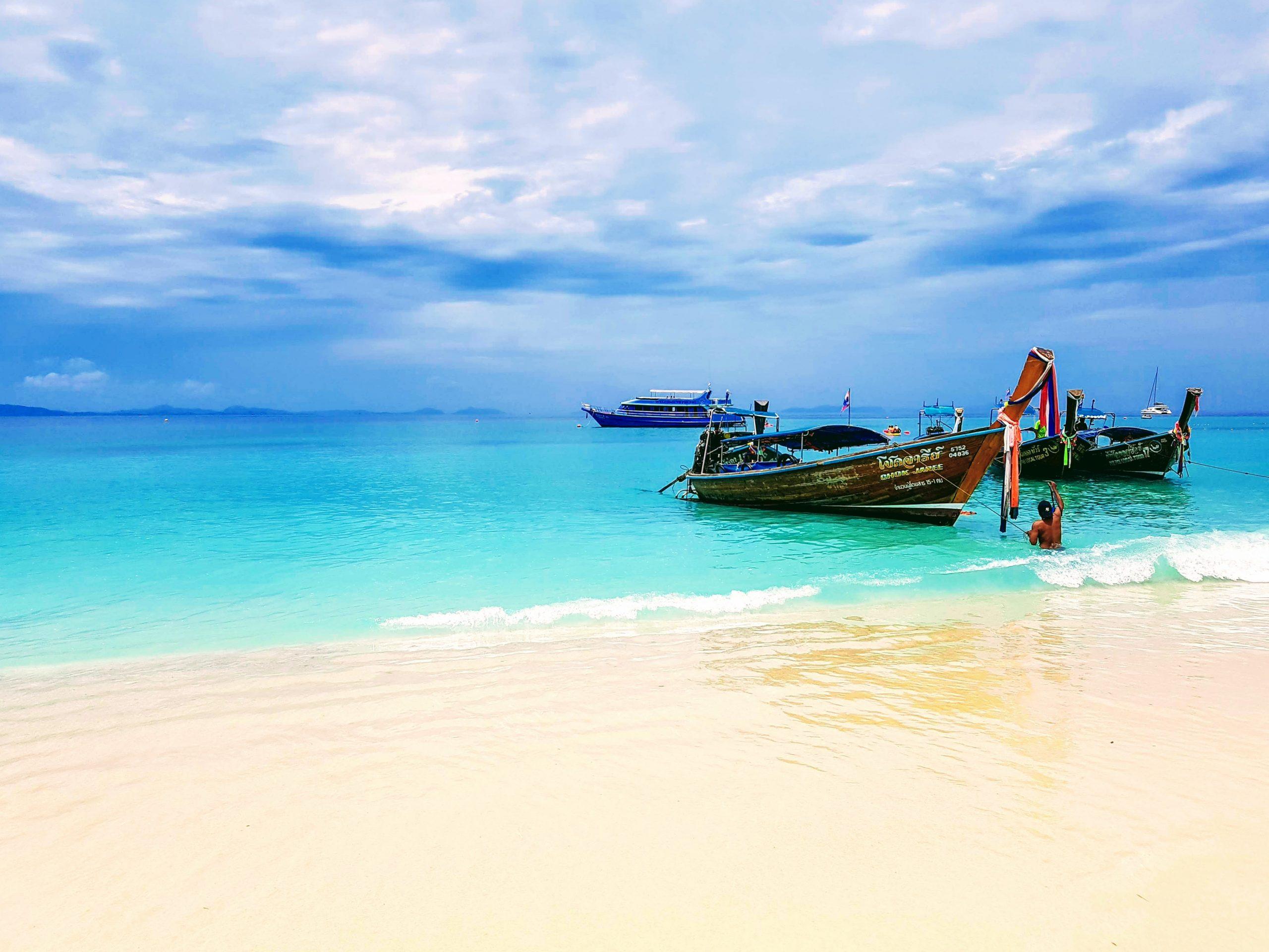 Bateau sur la plage de Phuket en Thaïlande